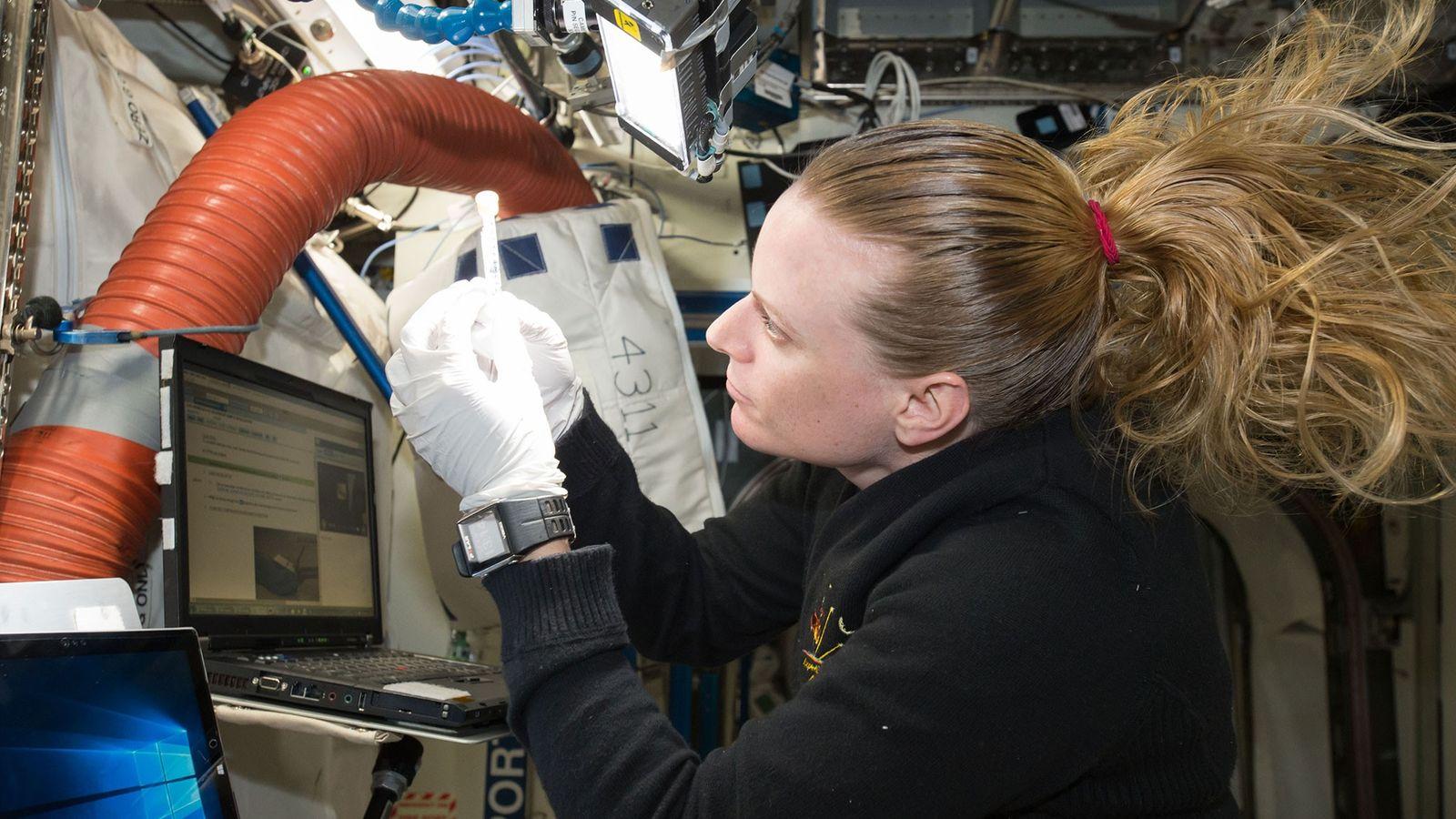 Die NASA-Astronautin Kate Rubins arbeitet an Bord der ISS an einem Experiment mit einem Biomolekülsequenzierer. Ein ...