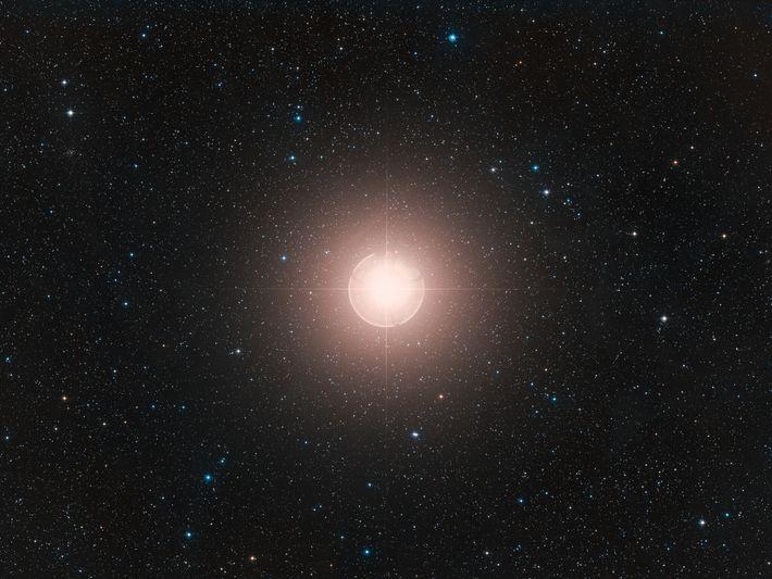 Dieses Bild von Beteigeuze, einem der hellsten Sterne am Himmel, ist ein Farbkomposit aus Aufnahmen, die ...