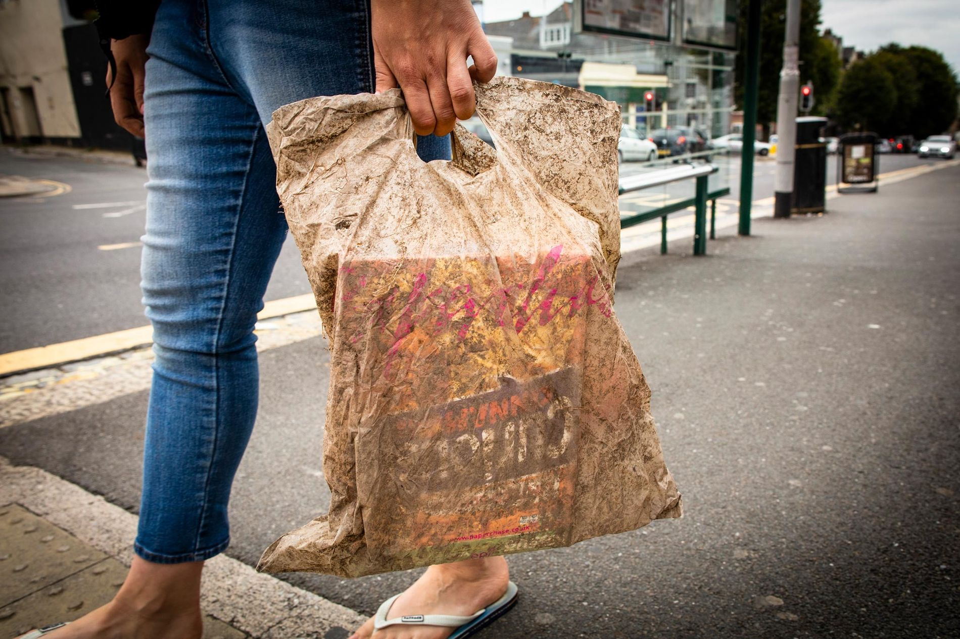 In einer biologisch abbaubaren Plastiktüte, die drei Jahre lang im Erdboden lag, konnten immer noch Einkäufe transportiert werden.