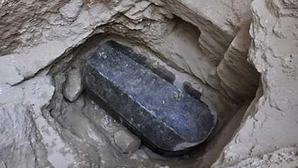 Spekulationen um Identität des Toten im schwarzen Sarkophag
