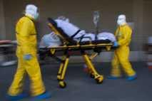 Ein Patient, der an COVID-19 leidet, wird am 1. April 2020 in Brüssel von einem voll ...