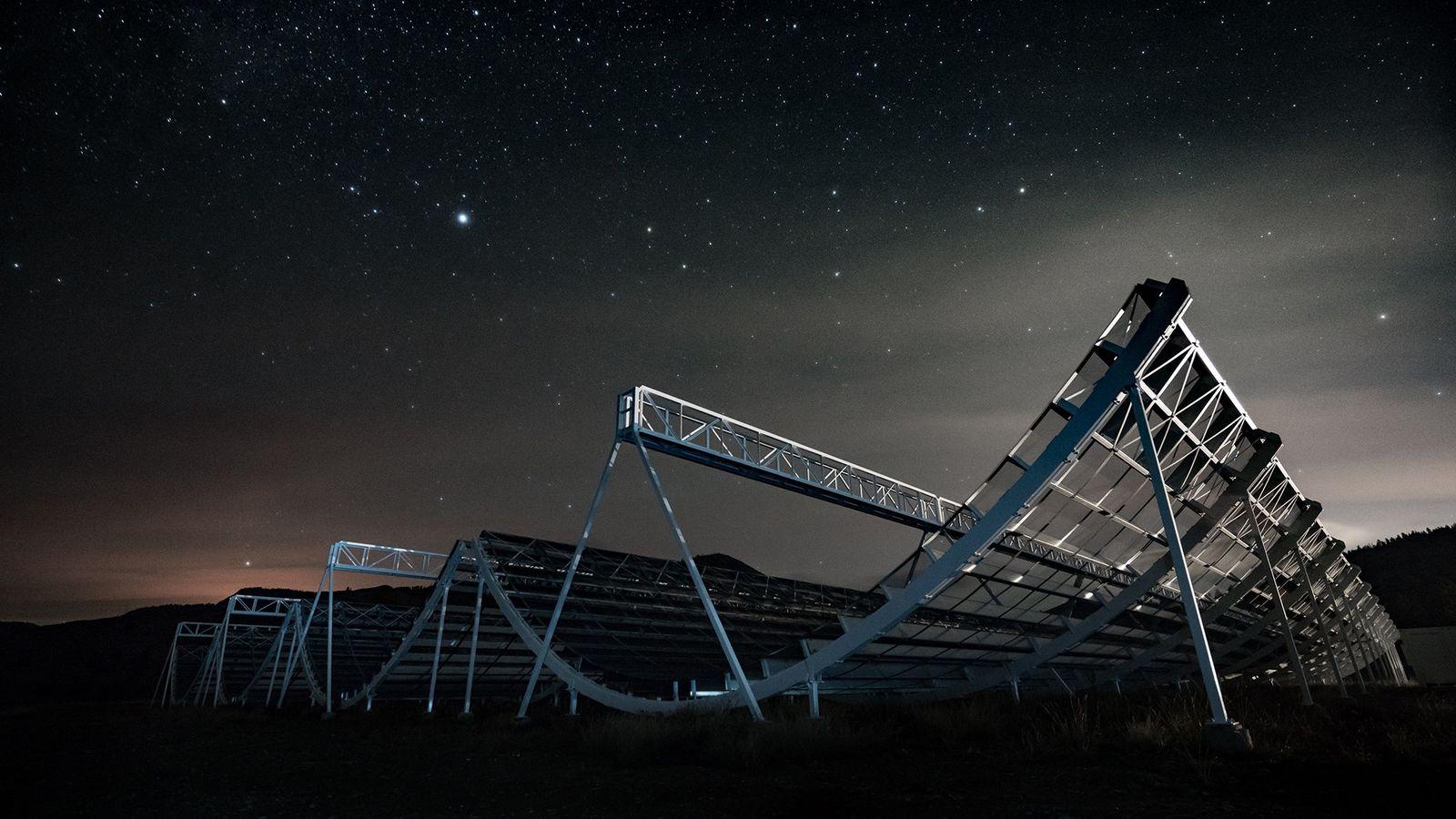In Kaleden im kanadischen British Columbia leuchten die Sterne über dem Canadian Hydrogen Intensity Mapping Experiment, ...
