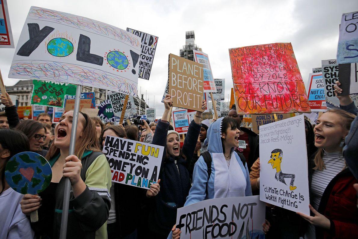 Junge Demonstranten bei einem Protest von #FridaysForFuture #YouthStrike4Climate vor dem britischen Parlament in London. Hunderte junger ...