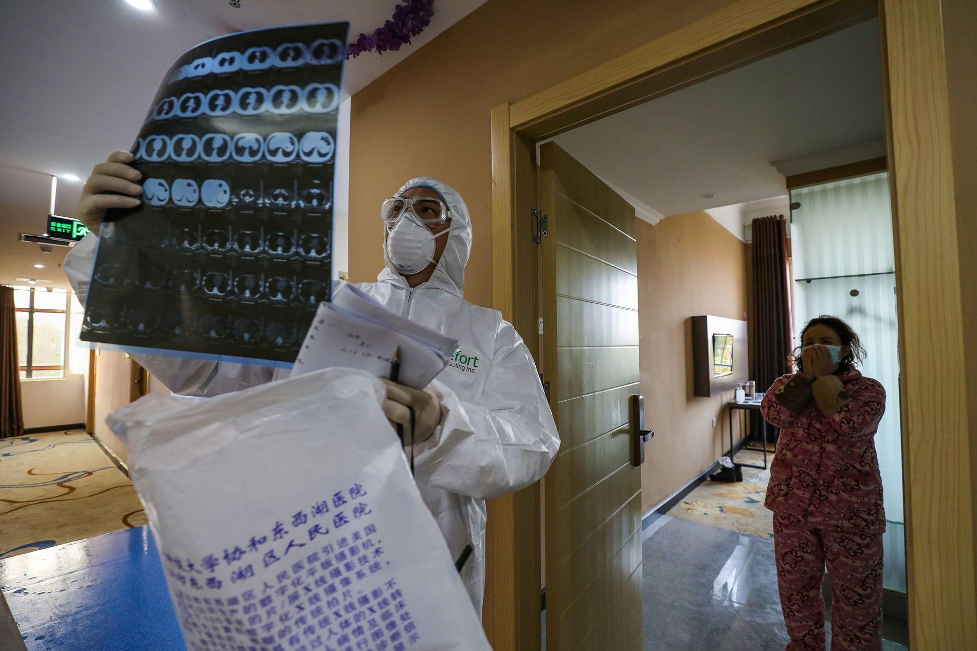 Auf diesem Foto vom 3. Februar 2020 betrachtet ein Arzt bei einem Besuch in einer Quarantänezone ...