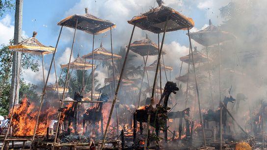 Bei einer traditionellen Hindu-Einäscherung brennen mehrere Scheiterhaufen gleichzeitig. 18. August 2013, Bali, Indonesien.