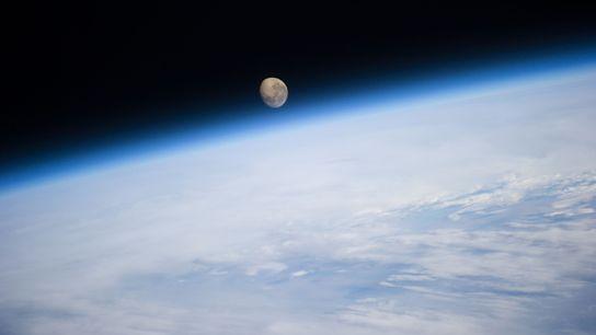 Der Mond geht hinter der Erde unter, fotografiert von der Internationalen Raumstation.