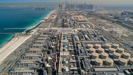Die Kraftwerks- und Meerwasserentsalzungsanlage Dschabal Ali bei Dubai verbrennt Erdgas, um Strom zu erzeugen und zur ...