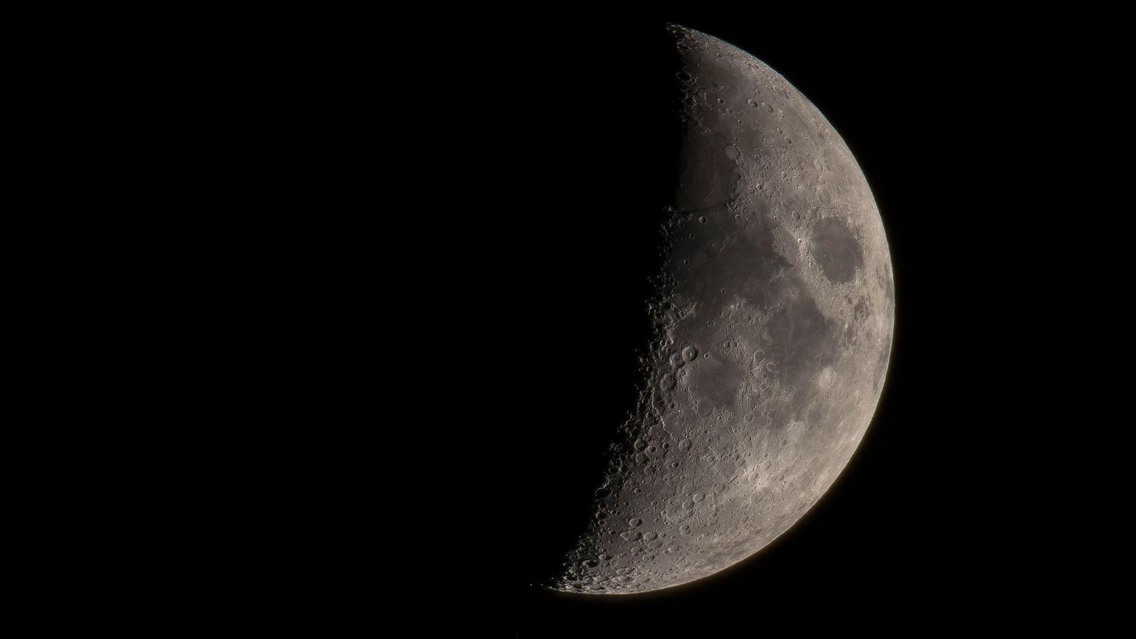 Ein Blick auf den Mond durch ein Teleskop offenbart die zahlreichen gut erhaltenen Krater und dunklen ...