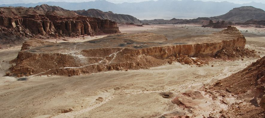 Archäologen entdeckten 3.000 Jahre alten Dung in einem antiken Bergarbeiterlager, das auf einem Sandstein-Tafelberg liegt und ...