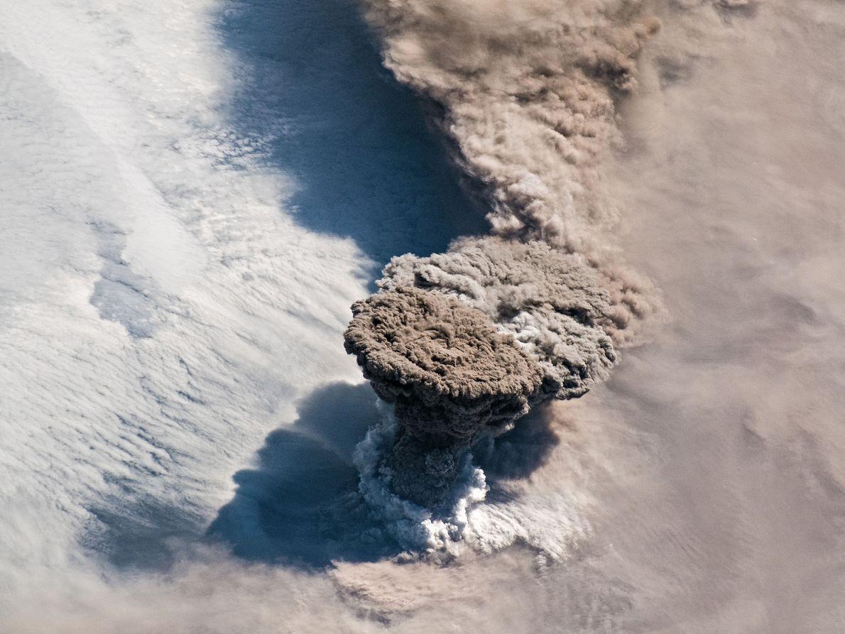 Am 22. Juni 2019 brach der Vulkan Raikoke aus und schleuderte eine riesige Säule aus Gasen ...