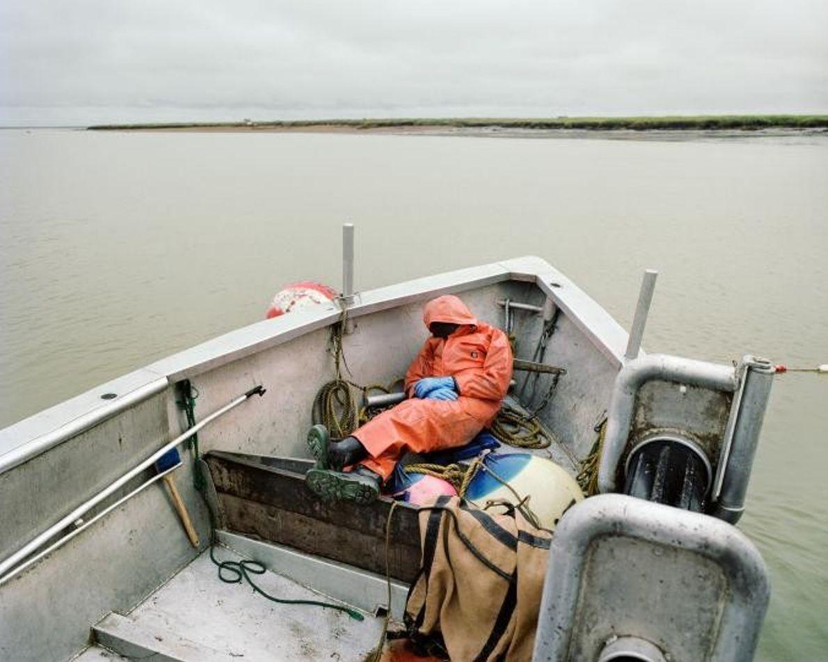 Ein erschöpfter Fischer macht auf einem Fischerboot in Bristol Bay in Alaska ein Nickerchen.