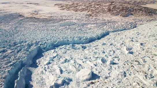 Am Rande des Jakobshavn-Gletschers im Westen Grönlands brechen Eisberge ab und stauen sich im Meer.