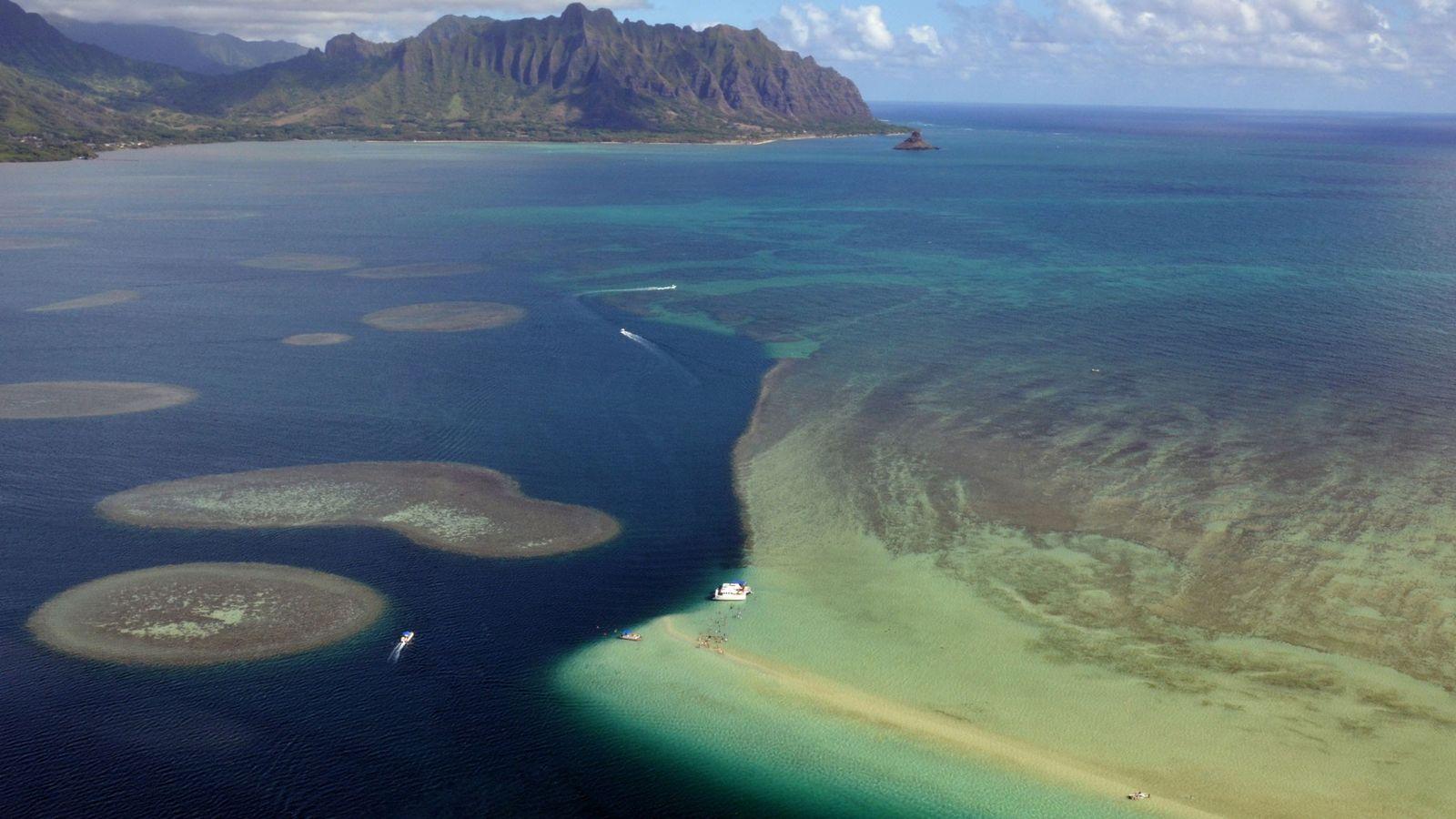 Eine Luftaufnahme der Sandbänke und Korallenriffe der Kāne'ohe Bay der hawaiianischen Insel Oahu, USA.