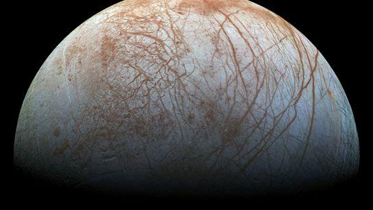 Der viertgrößte Jupitermond Europa hat einen globalen Ozean, der etwa 65 bis 160 Kilometer tief unter ...