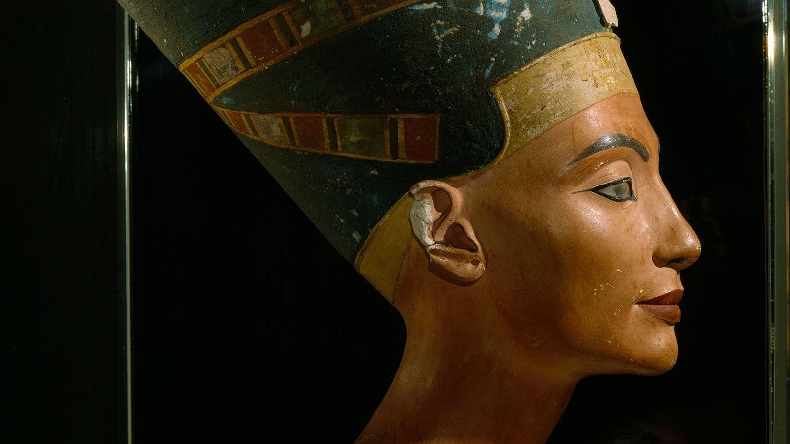 An dieser Büste der ägyptischen Königin Nofretete, die vermutlich etwa aus dem Jahr 1355 v. Chr. ...