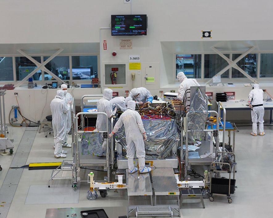 Im Gegensatz zu Curiosity wird Mars2020 aber nicht nur untersuchen, ob der Mars einst bewohnbar war, sondern auch nach Spuren ehemaligen Lebens auf dem Roten Planeten suchen.