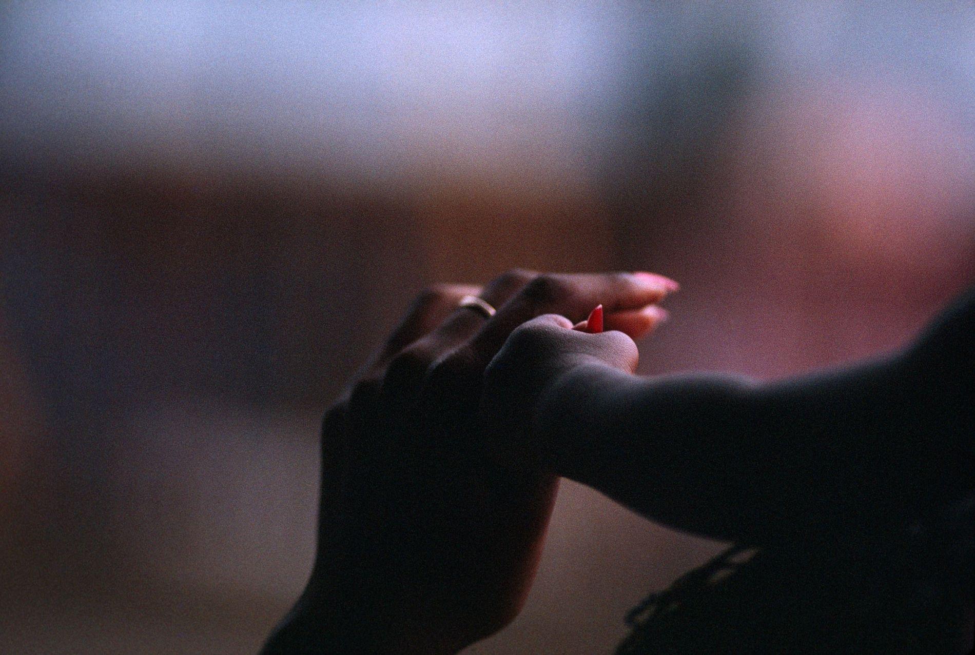 Eine Mutter hält in Port of Spain auf Trinidad die Hand ihres Kindes.
