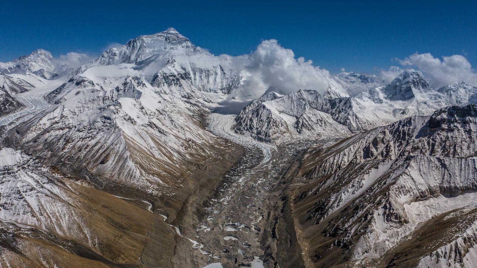 Ein Blick vom nördlichen Basislager des Everest zeigt den Rongpu-Gletscher und die höher gelegenen Lager auf ...