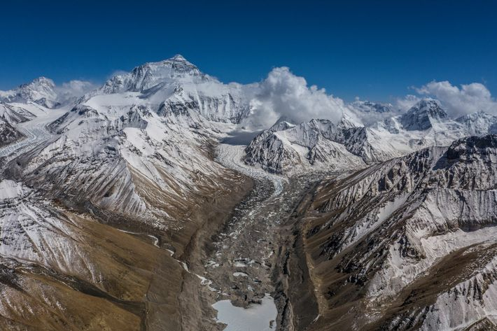 Der Ausblick vom nördlichen Basislager am Mount Everest zeigt den schweren Weg auf den höchsten Gipfel ...
