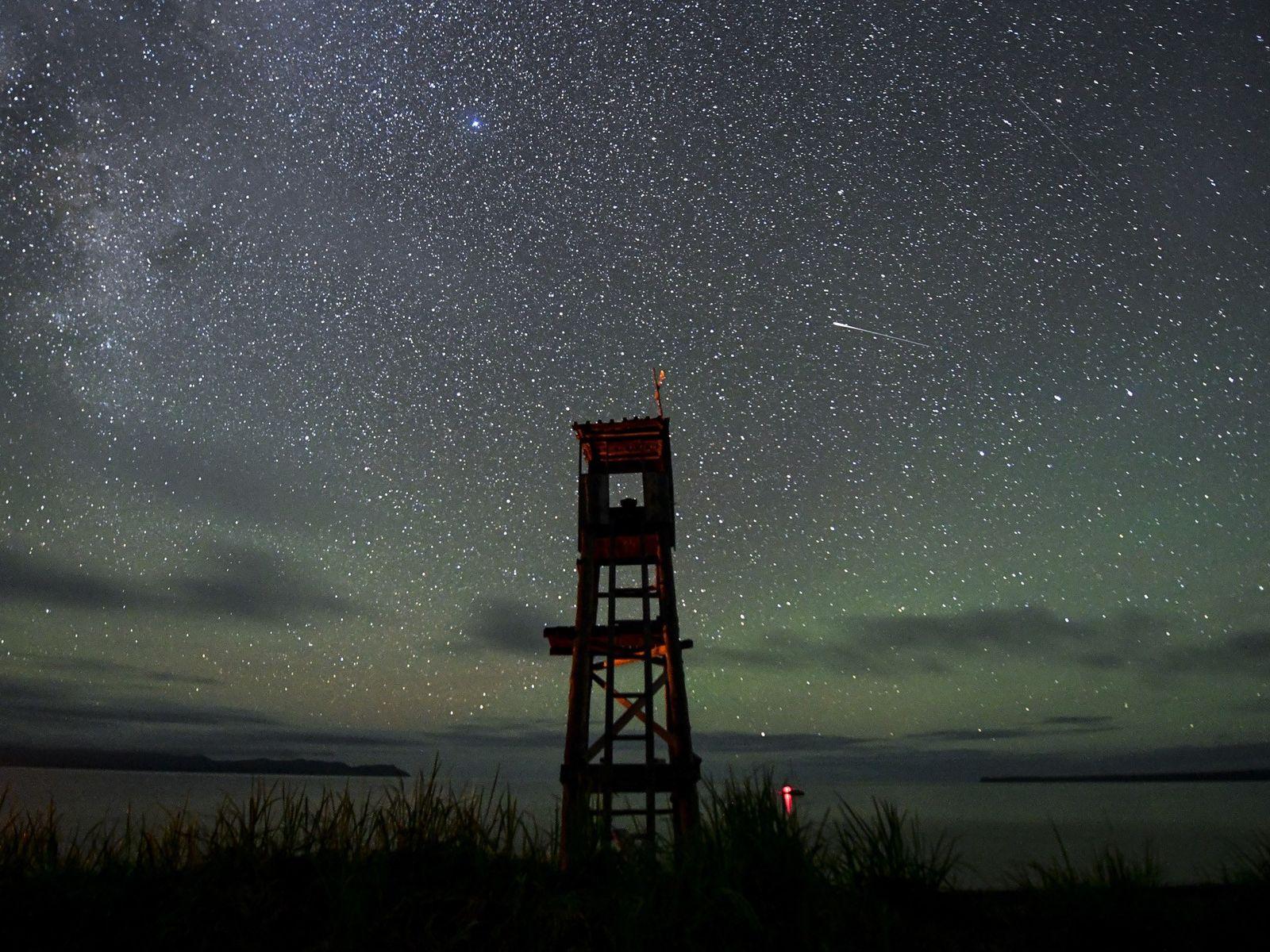 Dieser Aussichtsturm wird zur Beobachtung von Schwertwalen genutzt. Er steht an Russlands östlichster Küste zum Ochotskischen ...