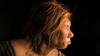 Ein frühzeitliches Mädchen mit ungewöhnlichen Eltern