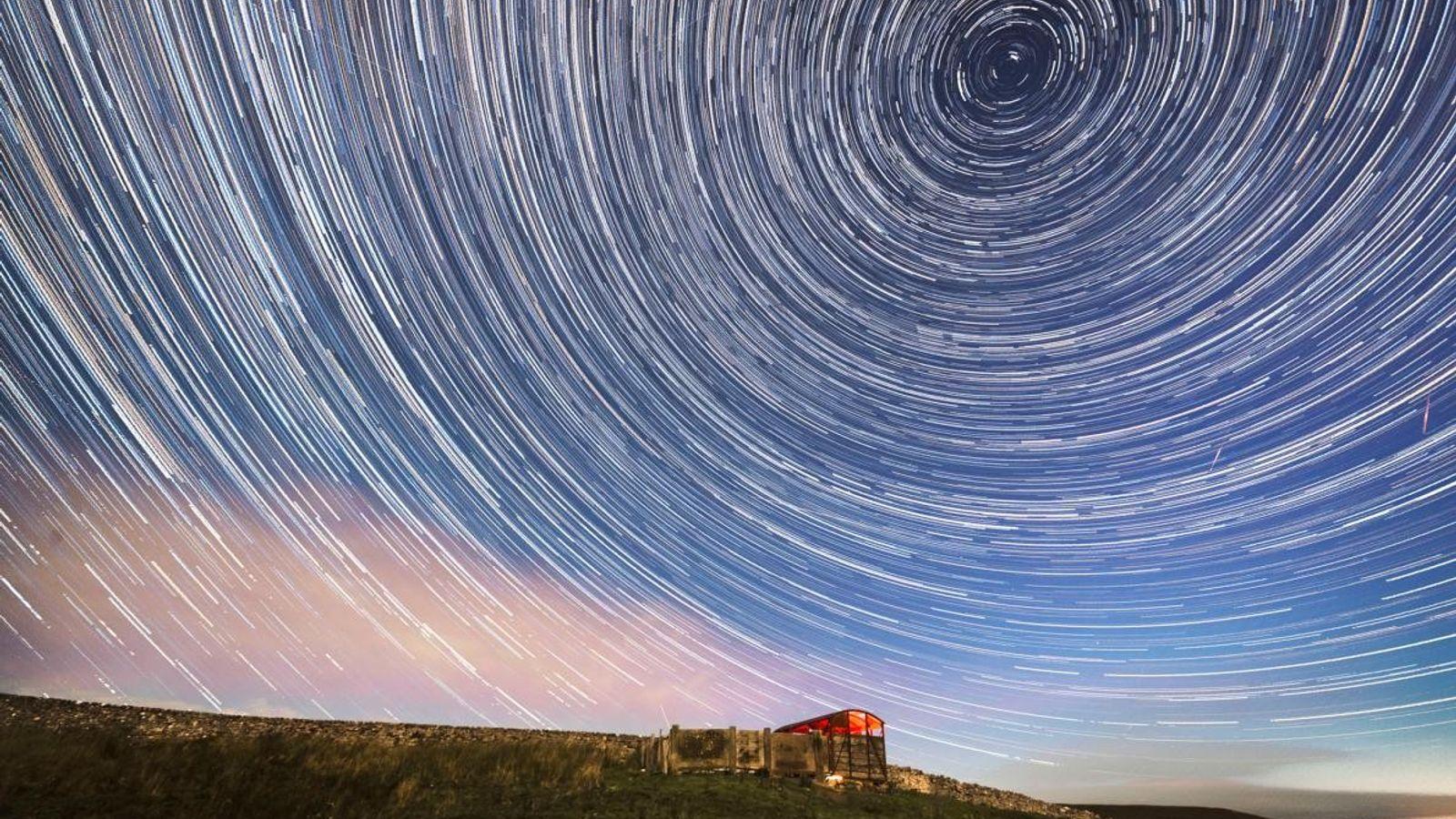 Ein zusammengesetztes Bild zeigt ein paar Sternschnuppen der Perseiden, die durch die kreisförmigen Bahnen der Sterne ...