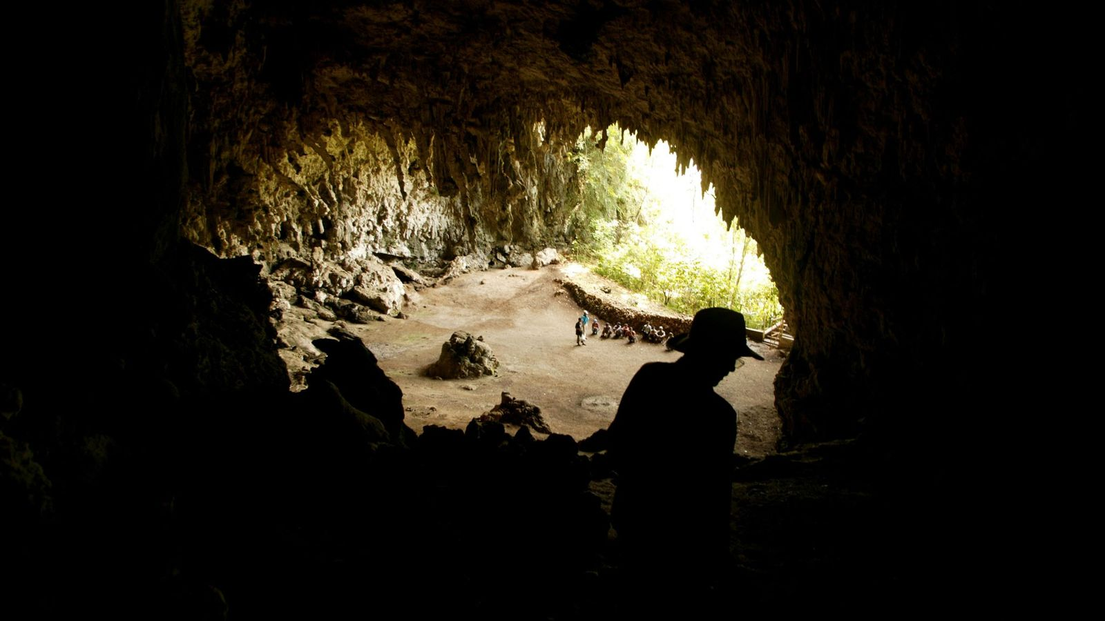 Der Archäologe Douglas Hobbs in der Höhle Liang Bua, in welcher die Überreste von H. floresiensis ...