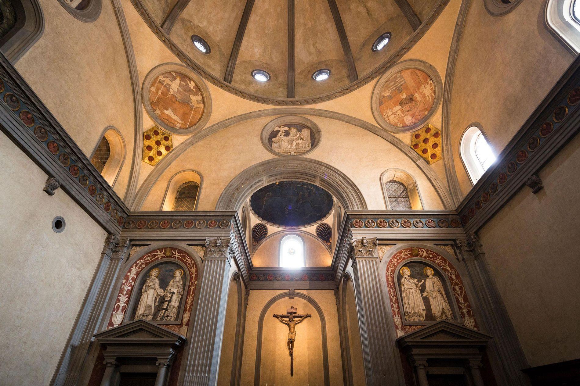 Die sterblichen Überreste der Medici wurden in der Sagrestia Vecchia beigelegt, der Alten Sakristei in der ...