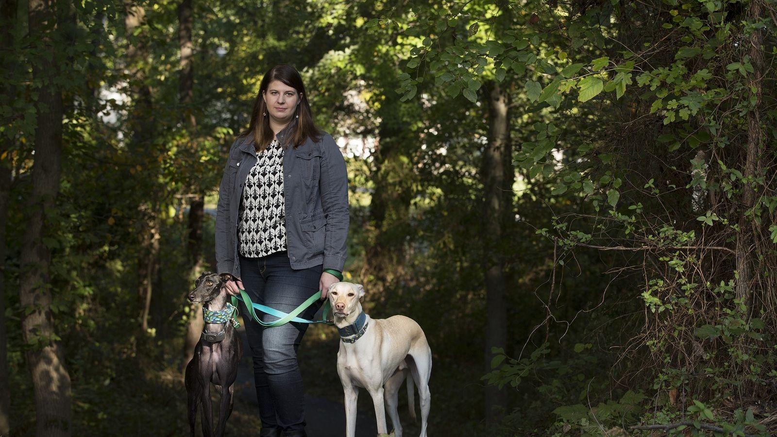 Rebecca Allen posiert mit ihren aus Spanien geretteten Galgos Luke (rechts) nd Sirius in Alexandria, Virginia.