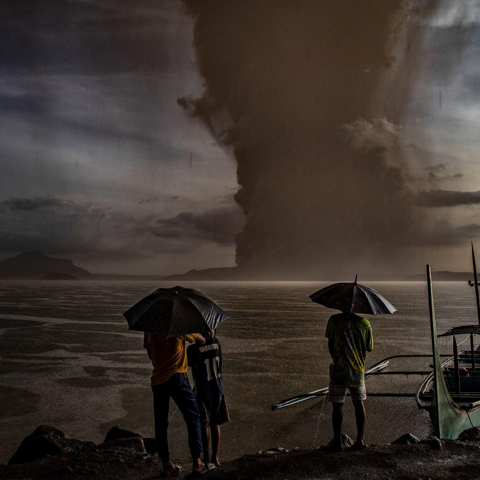 Eine Aschewolke steigt am 12. Januar über den Taalsee auf, nachdem der aktive Vulkan Taal in ...