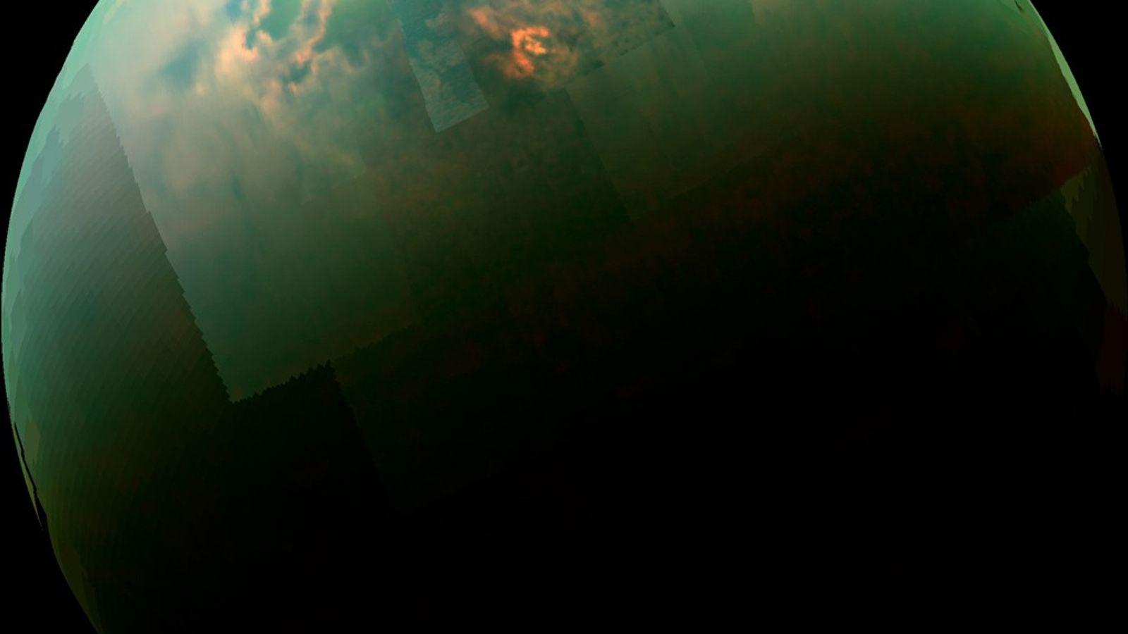 Diese zusammengesetzte Aufnahme des Titan aus Bildern der NASA-Sonde Cassini zeigt, wie sich das Sonnenlicht sich ...