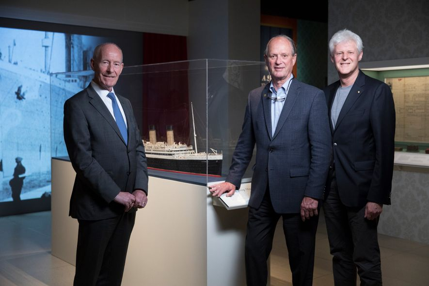 Robert Ballard (Mitte) mit Conal Harvey (links) und Kevin Fewster (rechts) bei der Eröffnung der neuen ...