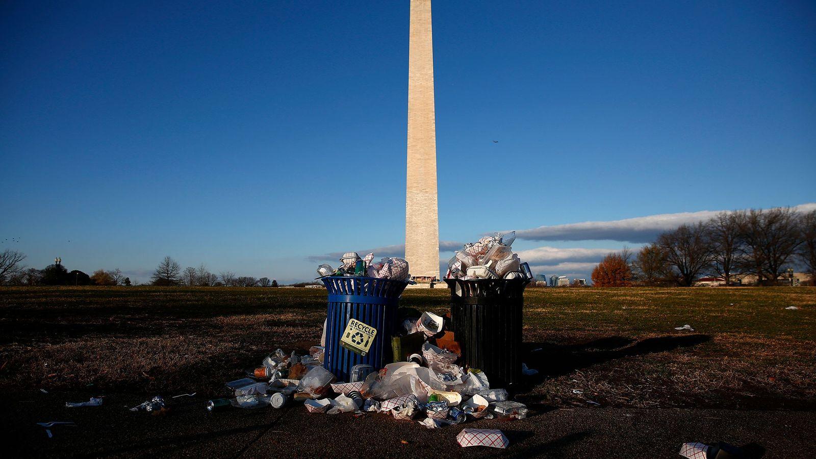 An der National Mall in der Nähe des Washington Monument quellen während eines Government Shutdowns die ...