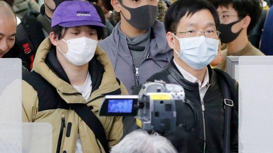 Passagiere aus der chinesischen Stadt Wuhan, dem Epizentrum der neuen Coronavirus-Pandemie, müssen am 23. Januar 2020 ...