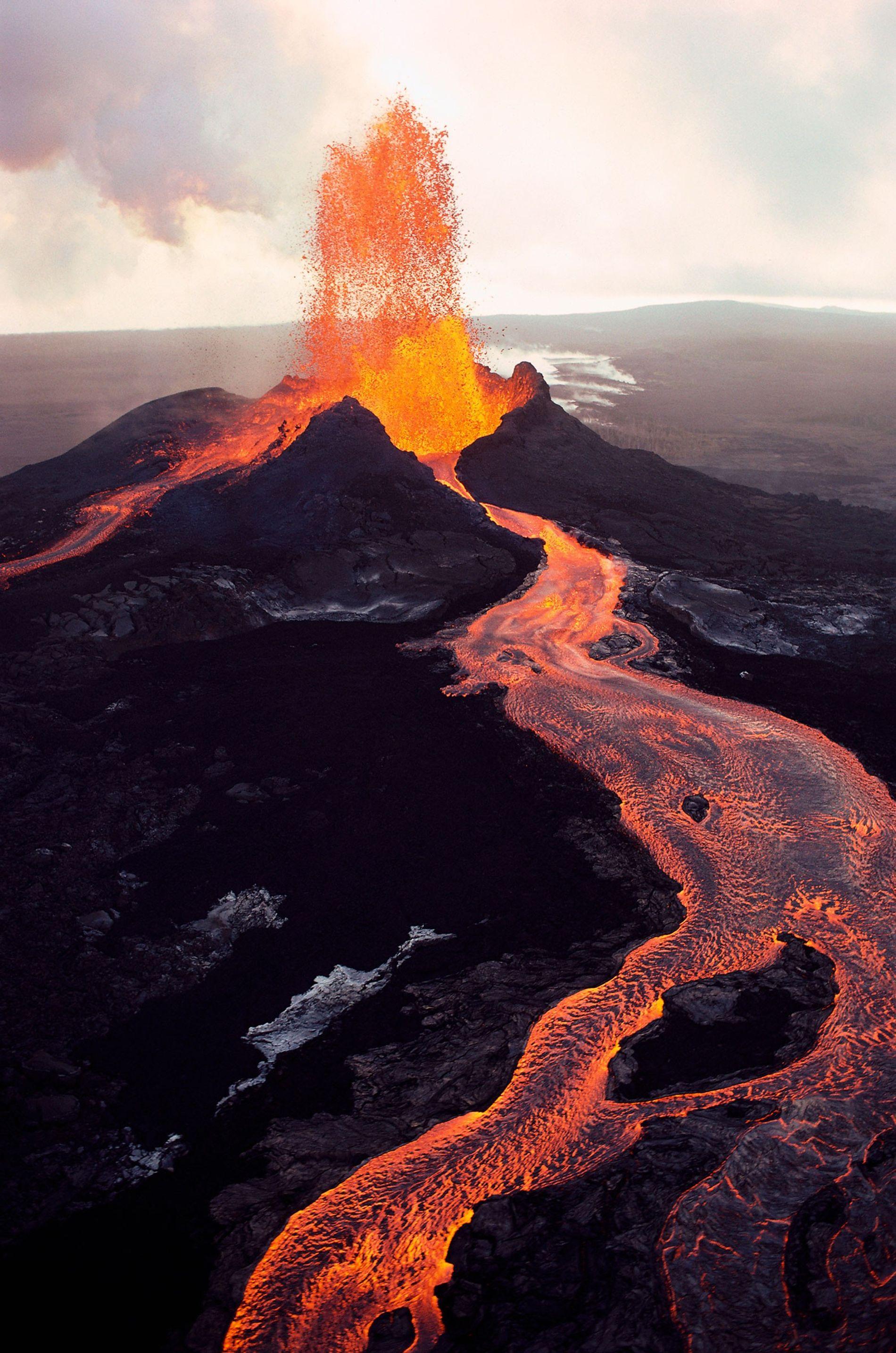Pu'u 'Ō'ō, der östlichste Vulkanschlot des Kīlauea, speit flüssige Lava, die in Strömen über Big Island ...
