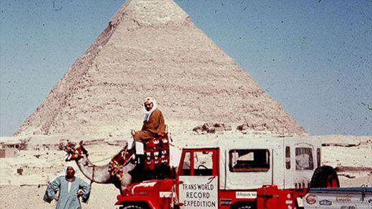 Foto von Albert Podells Expeditionspartner auf einem Kamel in Giseh