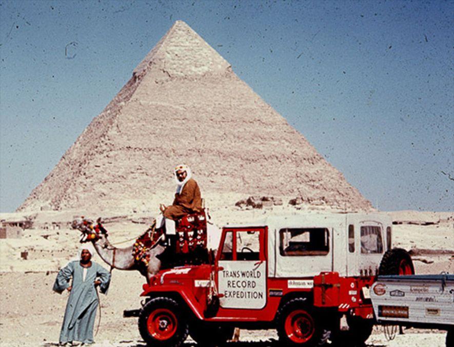 Harold Stephens, Albert Podells Expeditionspartner, bei der Trans World Record Expedition, sitzt im Juni 1965 auf einem Kamel namens Canada Dry in Giseh, Ägypten. Sie wollten einen Rekord für die längste ununterbrochene Autofahrt um die Welt aufstellen.