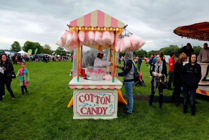 Zuckerwatte ist auf den meisten Volksfesten und Jahrmärkten nicht wegzudenken.