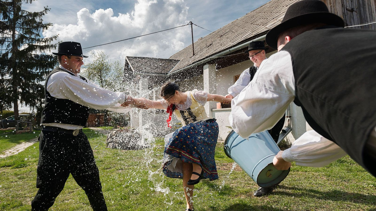 Frauen werden von Männern mit kaltem Wasser übergossen