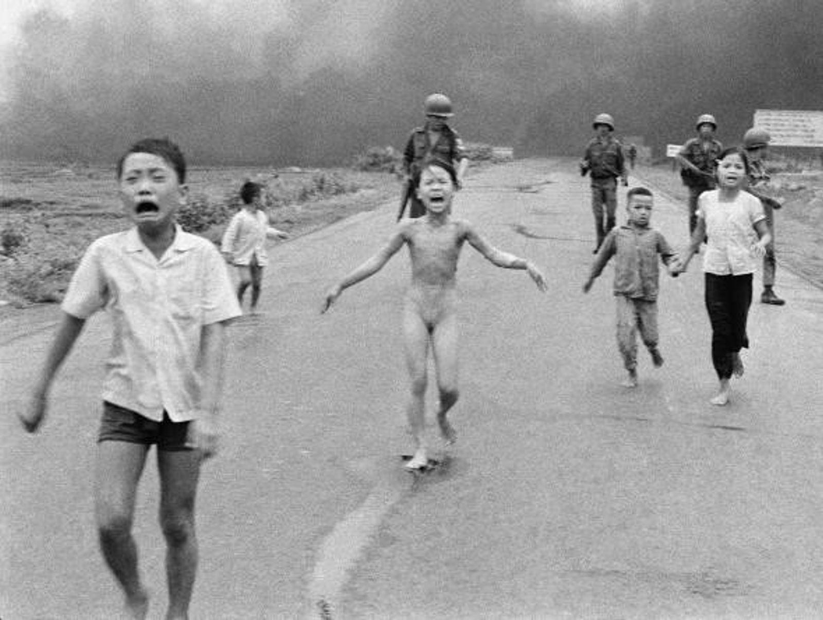 Dieses Foto verängstigter Kinder, die 1972 vor einem Napalmbomber weglaufen, brachte den Horror des Vietnamkriegs in ...