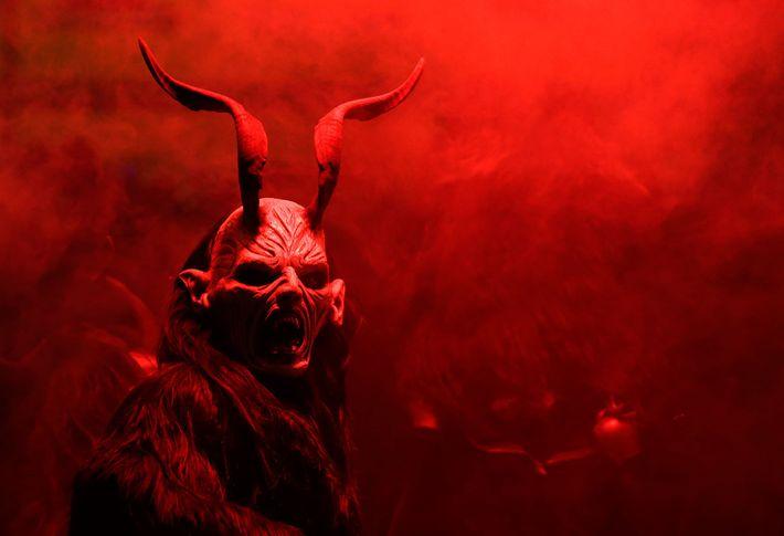Ein Mann in einem Kostüm tritt 2014 während einer Krampus-Show im tschechischen Kaplice auf. Krampus, eine ...