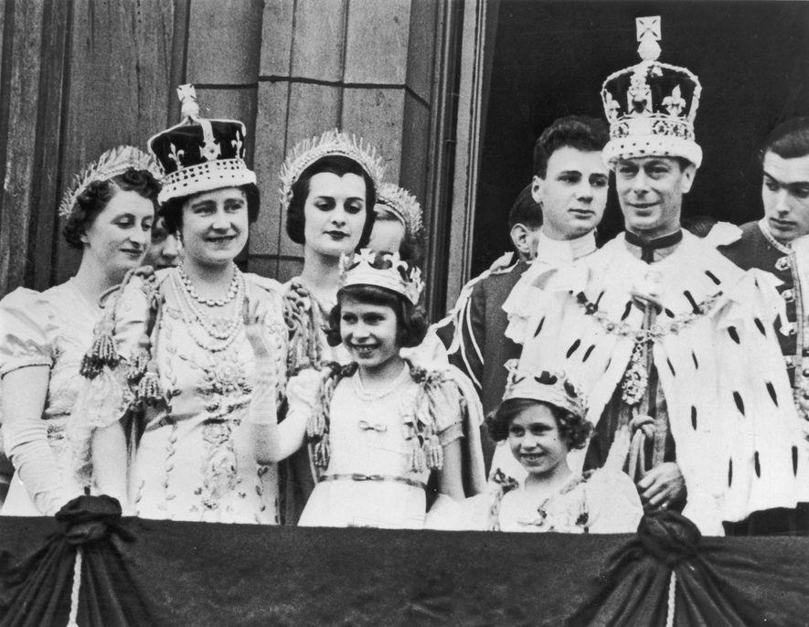 Prinzessin Elisabeth (Vierte von links) im Alter von elf Jahren auf dem Balkon des Buckingham Palace, …