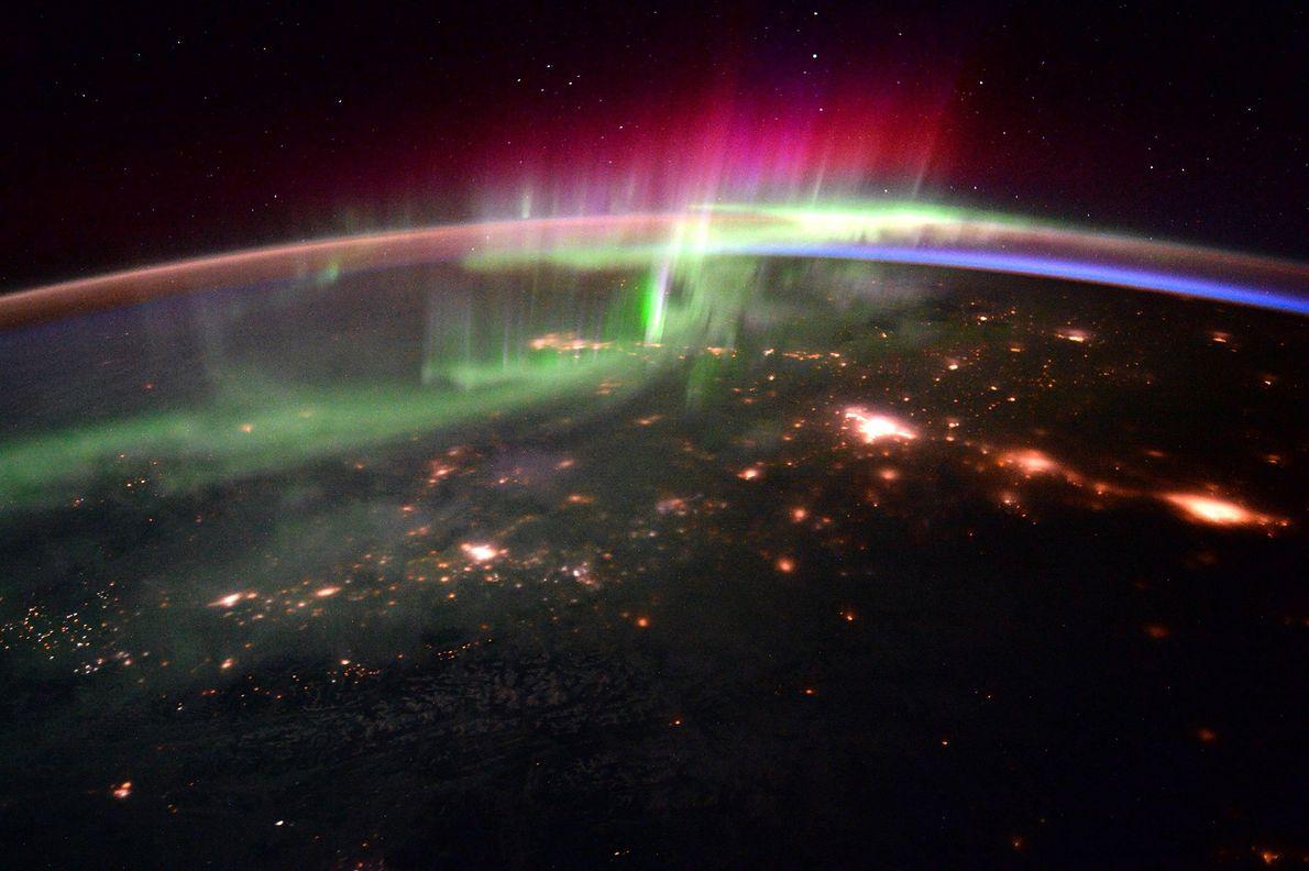 Am 20.Januar 2016 veröffentlichten Scott Kelly und ESA-Astronaut Tim Peake eine Fotoserie des südlichen Polarlichts: Tanzende …