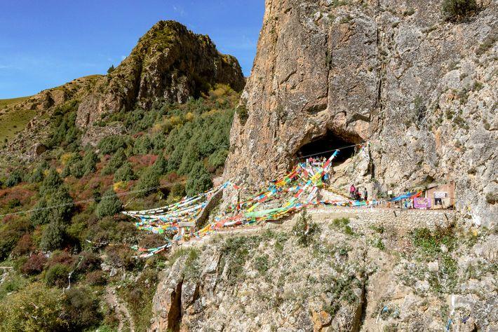 Im Jahr 1980 entdeckte ein Mönch den ungewöhnlichen Kieferknochen in der Baishiya-Karst-Höhle am Rande des Hochlands ...