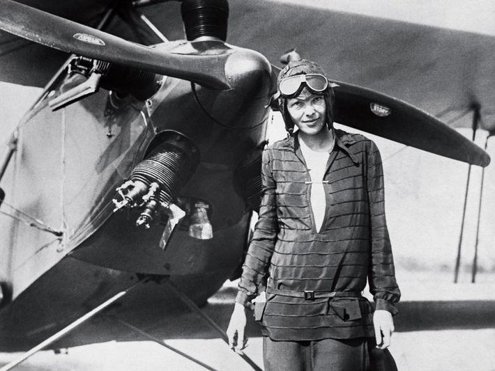 "Amelia Earhart vor ihrem Doppeldecker ""Friendship"""