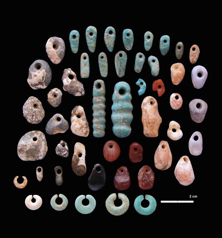 Kunstvoll geschnitzte und leuchtend bunte Steinanhänger und Ohrringe schmückten zahlreiche Individuen, die in dem Gemeinschaftsfriedhof Lothagam ...