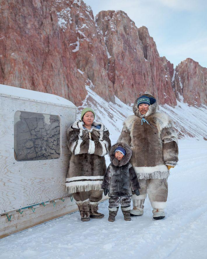 Dicke Winterkleidung aus Karibufell hält Valerie und Michael Qaunaq warm. Ihr drei Jahre alter Sohn Joshua ...