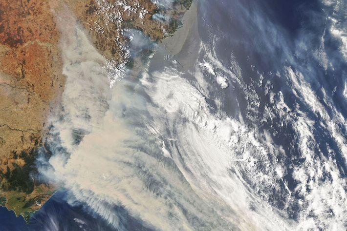 Wolken und Rauch aus den gewaltigen Feuern in Australien