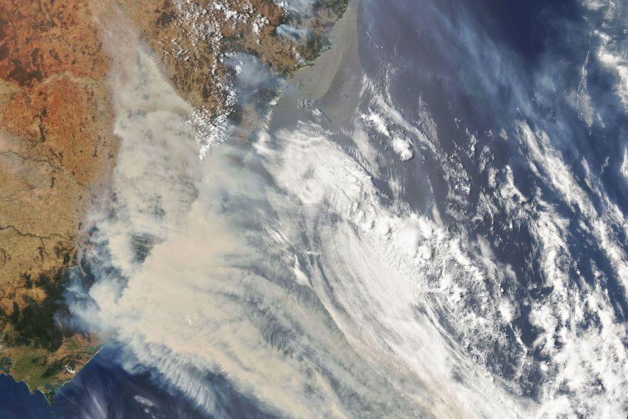 Ein Satellitenbild der NASA zeigt Wolken und Rauch aus den gewaltigen Feuern in Australien.