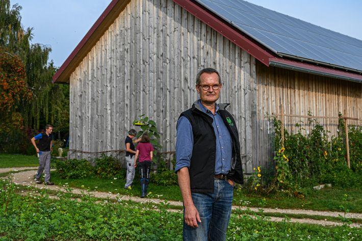 Hubert Heigl begutachtet ein mit Zwischenfrüchten bepflanztes Feld auf seinem Bio-Schweinebetrieb.